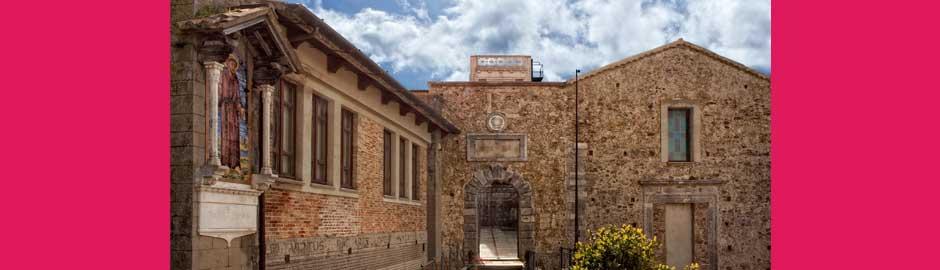 L'ingresso del complesso monumentale di Santa Chiara